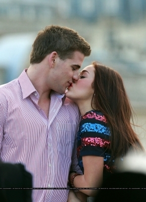 http://theideagirlsays.files.wordpress.com/2009/12/miley-cyrus-liam-hemsworth-kisses.jpg