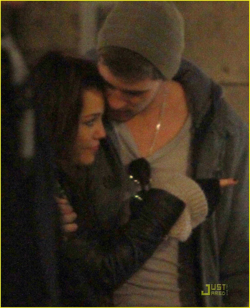 Liam hemsworth and miley cyrus kissing