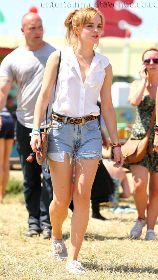 Guerra de Amor! // Joe & _______ (tu) Emma-watson-at-the-glastonbury-festival-jean-shorts-and-white-blouse-photo