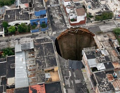 giant-sinkhole-guatemala-city-why_21263_600x450 may 2 2011