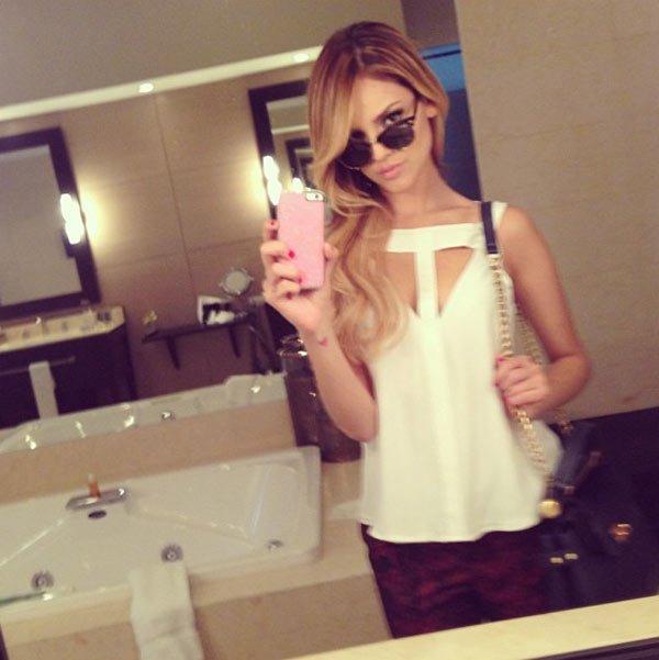 eiza-gonzalez sexy creme shirt bathroom mirror pic