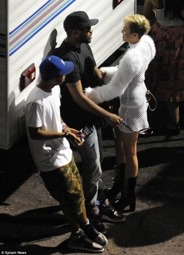 Miley Cyrus Freaking Over Liam Hemsworth New Girlfriend Eiza Gonzalez